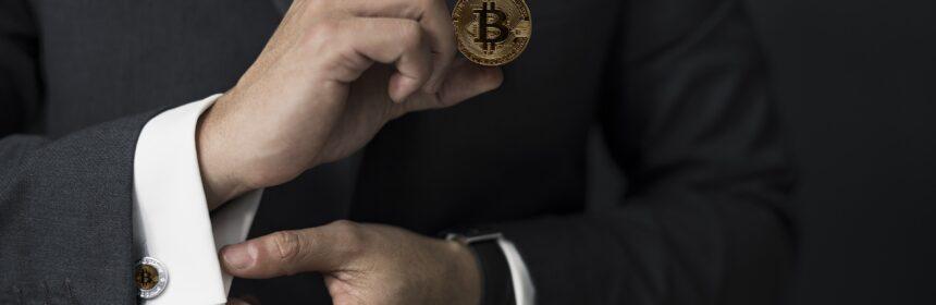 Mann im Anzug mit Bitcoin